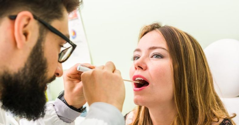 rachenabstrich - Rachenabstrich beim Hals-Nasen-Ohrenarzt